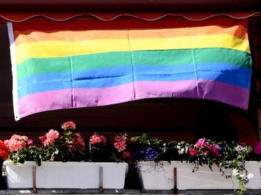 Regenbogenfahne am Balkon